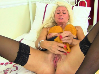 British mature Ellen stuffs her hobo just about orange cut-offs