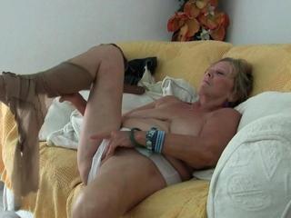 Beamy titted granny Deborah dildos her elderly pussy in bathtub