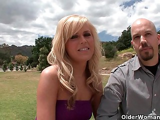 Blonde soccer ma lets cuckold hubby look forward